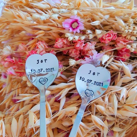 Vous êtes à la recherche d'un petit cadeau original et unique pour votre moitié, pour offrir à de futurs mariés, ou pour garder un chouette souvenir de votre union ?🤵🏻♂️👰🏼♀️   Nos cuillères seront parfaites pour cette occasion !   Vous pourrez les personnalisées avec une dates, des initiales, ou des prénoms par exemple 😍   Belle soirée ❤   Tous nos produits sont à retrouver sur notre site internet www.spoonandco.fr 🥄   #spoonandco #spoon #cuillere #vintage #food #graver #gravure #ideecadeau #idee #cadeau #personnalise #unique #caen #normandie #handmade #madeinfrance #artisanat #eshop #faitmain #mariage #union #marié #couple