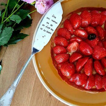 Un cadeau utile, un cadeau gourmand, un cadeau personnalisé, un cadeau unique !  Que l'on soit un roi de la pâtisserie, ou qu'on excelle dans la dégustation, on a tous besoin d'une pelle à tarte 😉  Belle soirée ❤  #spoonandco #cuillere #cadeau #idee #unique #grave #personnalise #spoon #stamping #faitmain #handmade #artisanat #atelier #miam #gateau #patisserie #maman #pelleatarte