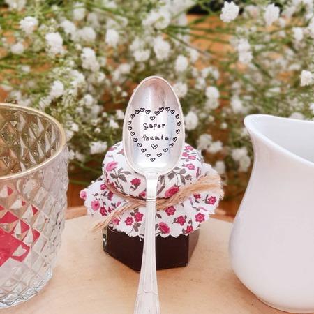 Le 7 Mars aura lieu la fête des grand-mères 👵🏻   Quoi de mieux qu'un joli couvert ou une ravissante pelle à tarte, pour marquer l'occasion ?💫   Vous pourrez personnaliser votre cadeau avec le message de votre choix.  Belle soirée ❤  Tous nos produits sont à retrouver sur notre site internet www.spoonandco.fr 🥄   #spoonandco #spoon #cuillere #vintage #food #graver #gravure #ideecadeau #idee #cadeau #personnalise #unique #caen #normandie #handmade #madeinfrance #artisanat #eshop #faitmain #mamie #grandmere #fete