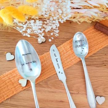 Tartineur, cuillère, pelle à tarte... Tous nos couverts et accessoires sont personnalisables, alors à vous de trouver le joli message que vous voudrez faire graver !😊  Belle soirée ❤  Tous nos produits sont à retrouver sur notre site internet www.spoonandco.fr 🥄  #spoonandco #spoon #cuillere #couvert #vintage #food #graver #gravure #ideecadeau #idee #cadeau #personnalise #unique #caen #normandie #handmade #madeinfrance #artisanat #eshop #faitmain